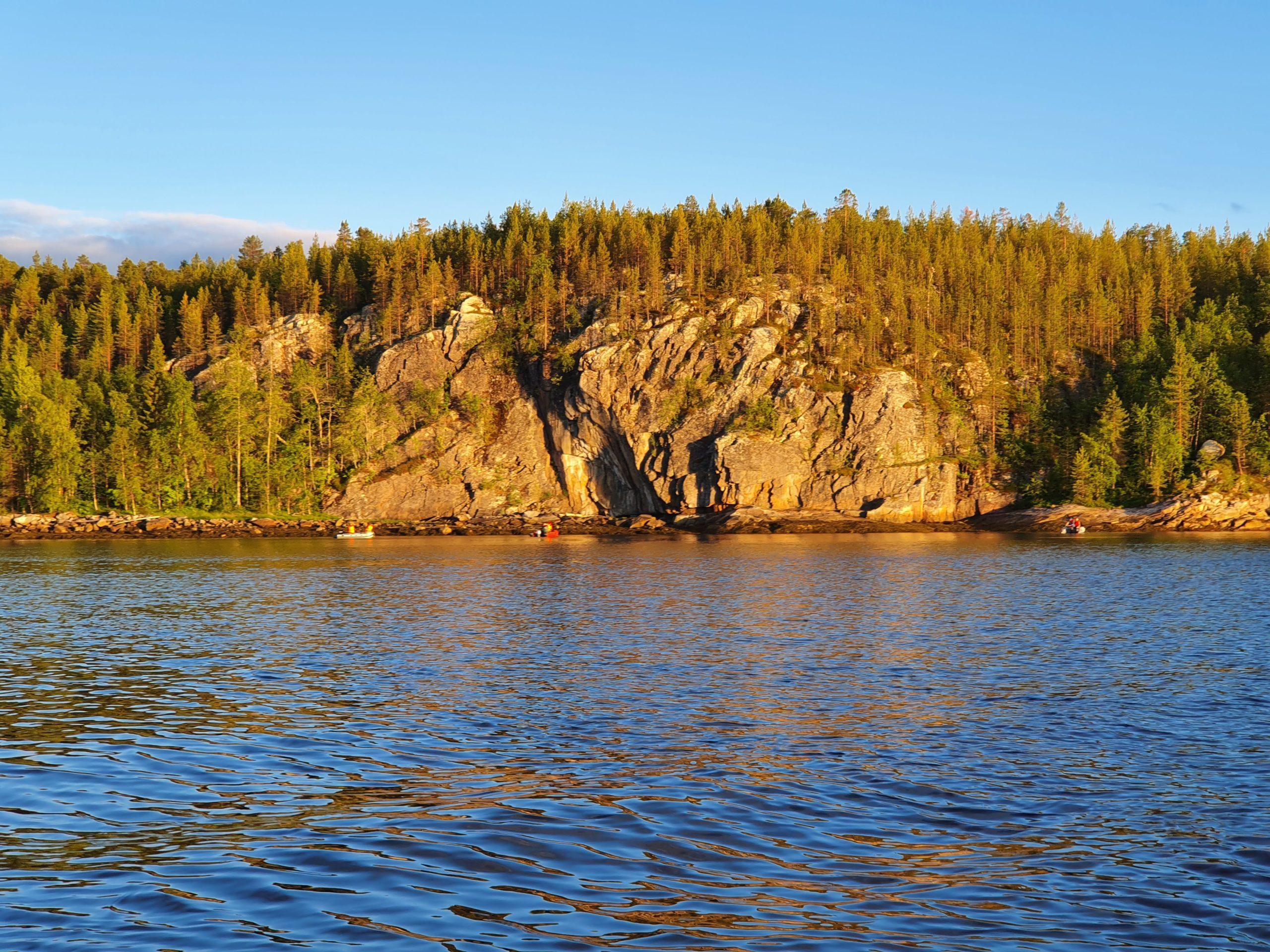 Характерные скалы с права при выходе из Чупской губы. В прилив там клюет Треска.