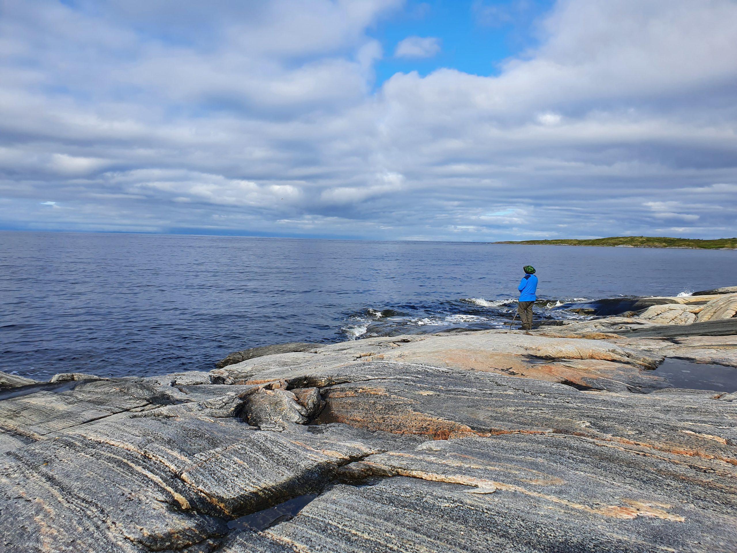 Скальные выходы в море на Пежострове