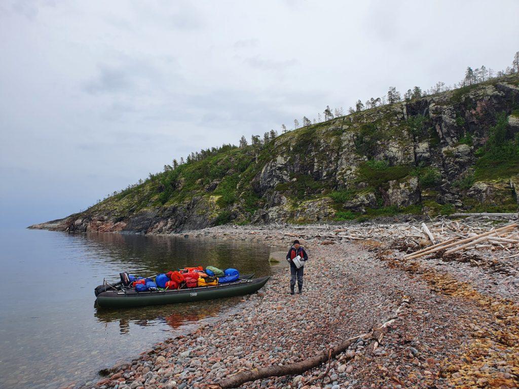 Высадка на острове Кишкин после длительного перехода.